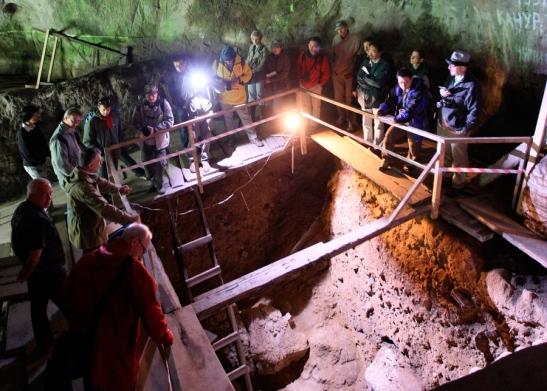 Escavação na Caverna Denisova, na Rússia, onde os restos mortais dos hominídeos de Denisova foram descobertos. Foto: RIA Novosti/SPL